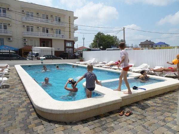 Гостевые дома в Витязево рядом с морем с питанием, бассейном, частный сектор, песчаный пляж. Цены и отзывы