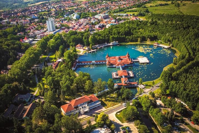 Хевиз Венгрия. Отели с лечением, курорты, санатории, цены. Путевки на термальные источники, отдых на озере. Фото и отзывы туристов
