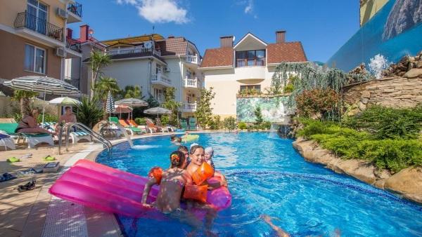 Лучшие отели Алушты на берегу моря с бассейном, собственным пляжем. Цены и отзывы