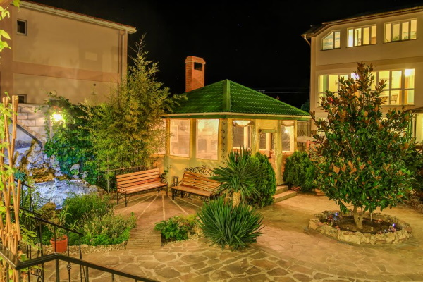 Отели в Севастополе на берегу моря все включено с бассейном, питанием, пляжем. Цены