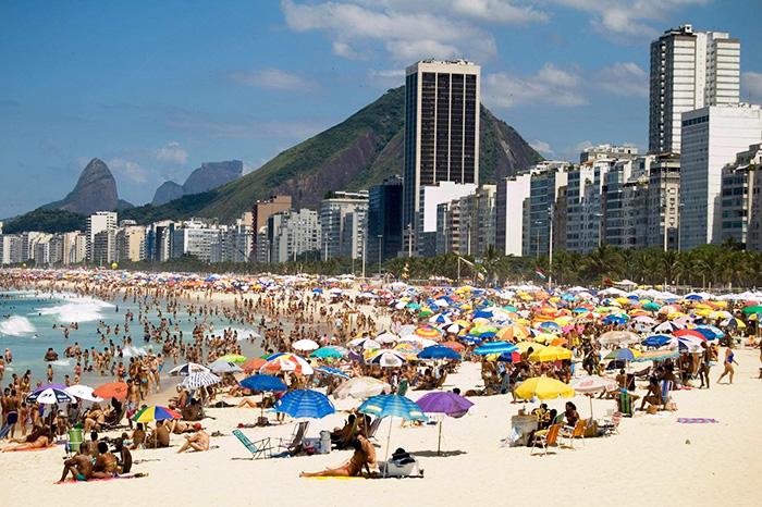 Пляж Копакабана в Рио-де-Жанейро, Бразилия. Фото
